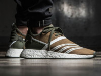 Sneaker adidas x White Mountaineering NMD R2 PK (olive / weiß)